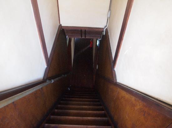 คาสะริยะ: going down stairs