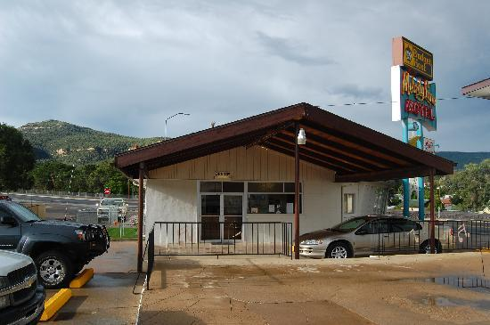 Budget Host Melody Lane Motel: The Melody Lane Budget Host sits at the entrance to Raton Pass