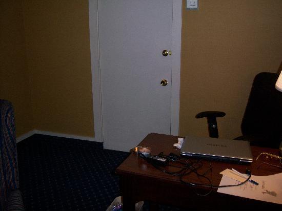 Eisenhower Hotel & Conference Center: Desk area