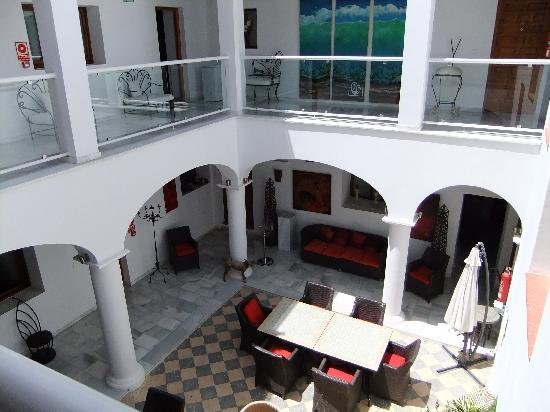 Hotel Palacio Blanco: View from the second floor into the courtyard