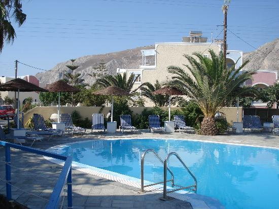 Avra Hotel: Lovely swimming pool of the hotel. Ancient Thera mountain in the back