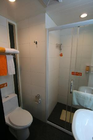 Orange Hotel (Beijing Guanyuanqiao): Bathroom with a good sized shower
