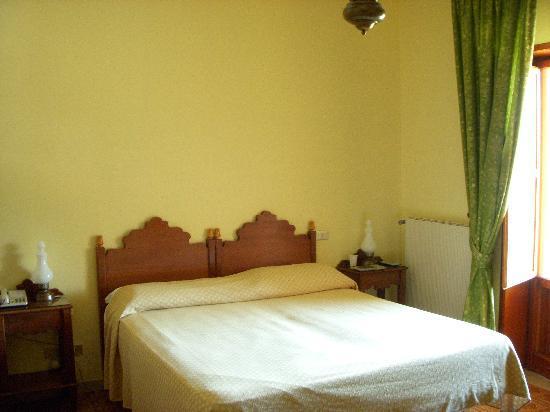 Civitella Alfedena, إيطاليا: la spaziosa stanza da letto