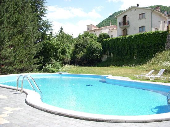 Civitella Alfedena, Italia: la piscina, nel giardino dell'albergo
