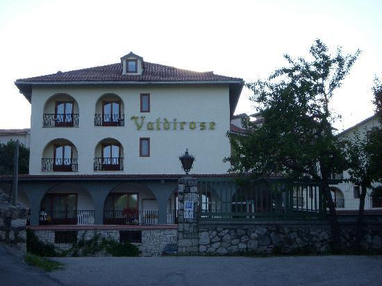 Civitella Alfedena, Italia: l'albergo con parcheggio antistante