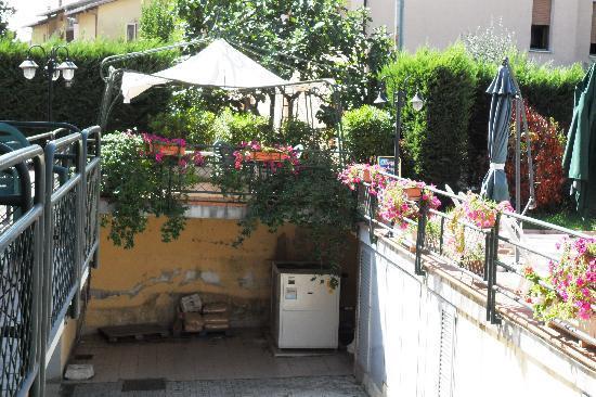 Hotel Duca Della Corgna: spazio antistante la piscina