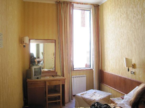 Hotel Pomezia: Le bureau et la fenêtre donnant sur la rue