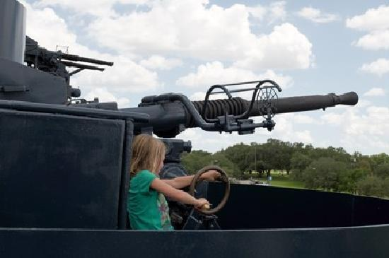 La Porte, TX : Rotate the guns to fire at the enemy!