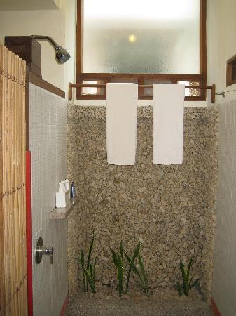 Cocotinos Manado: Shower room