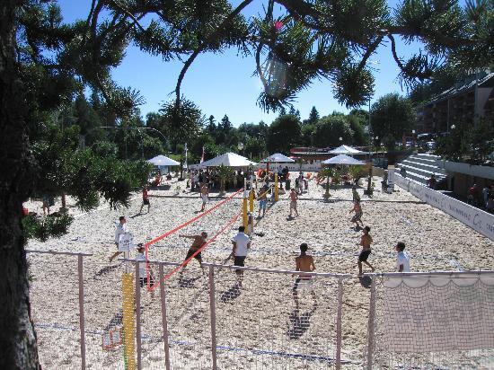 Hotel de la Foret: Beach - Volleyball im Zentrum von Crans-Montana