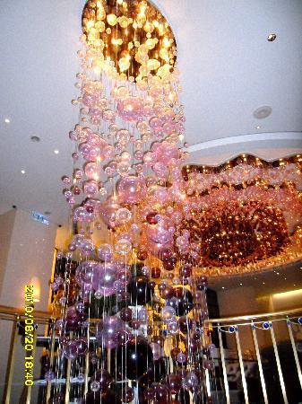 Hotel Eclat Taipei: Blown glass chandeliers in the lobby