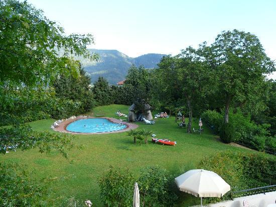 Hotel Garni Traubenheim: Blick auf den Pool und die Liegewiese