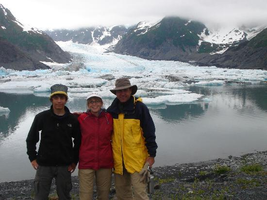 Seward, AK: Family at glacier