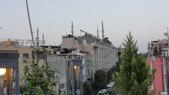 Hotel Amira Istanbul: View of blue mosque from rooftop