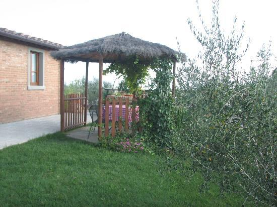 Agriturismo Pratovalle: we also had this pergola with table and chairs just outside our apartment: ideal to chill out in