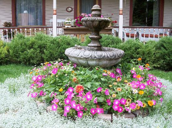 Best Kept Secret B & B: Flowers and fountain in front of porch