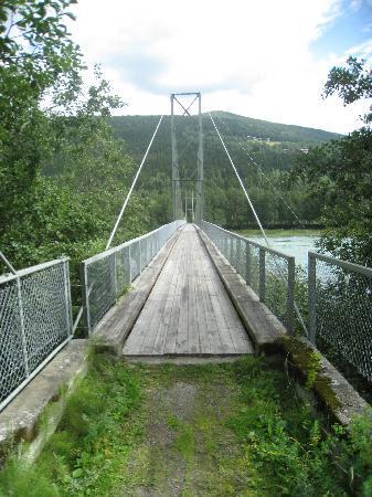 Hollandsk Gjestehus : Voetbrug over de rivier de Lågen.