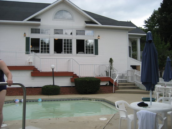 Storybook Inn & Suites: Main building and pool area
