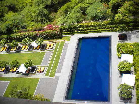 The Oberoi: piscina secundaria y campo de golf