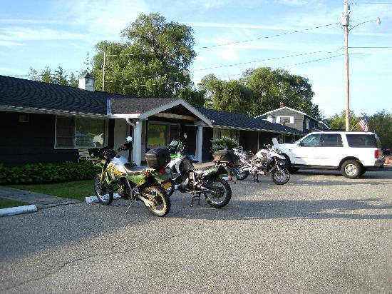 Weathervane Motel: outside of motel