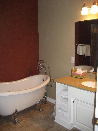 Seaside Suites Gros Morne Newfoundland: bathroom with clawfoot tub