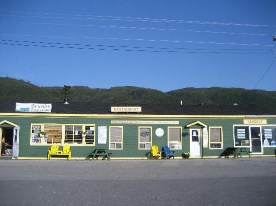 Seaside Suites Gros Morne Newfoundland: downtown Woody Point - gift shop, restaurant and takeout
