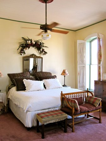Alfonso's Loft Bed & Breakfast: The room is large and comfortable, with charming antique furniture and details. It was just was