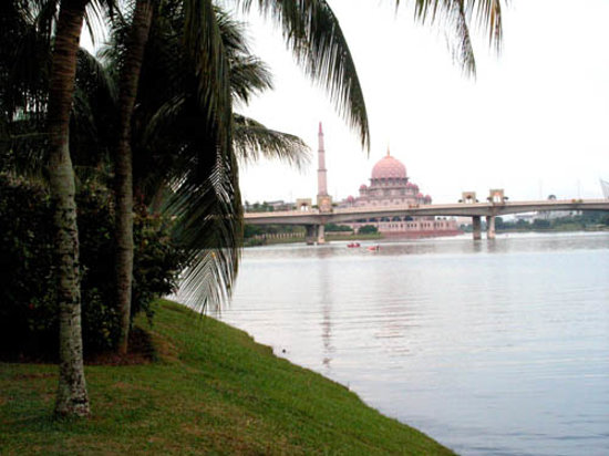 Putrajaya, Malaisie : Putra Mosque can be seen afar.