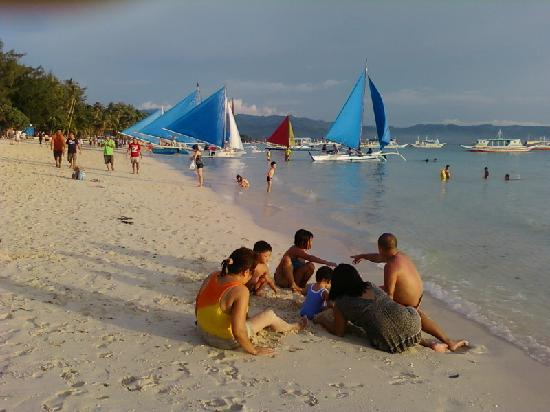 Island Jewel Inn: Outrigger sailing boats at Boracay
