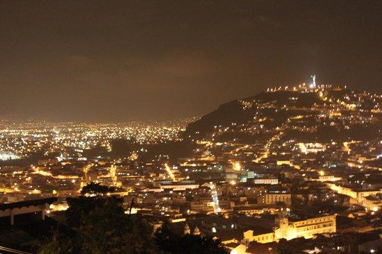 Cielo Quiteno: Ausblick bei Nacht auf Quito