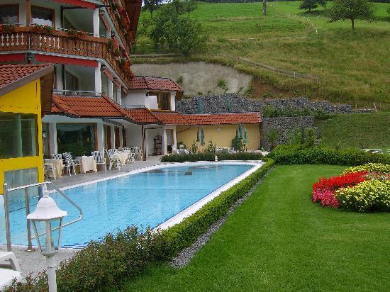 Hotel Ludinmuhle : Gaten mit Schwimmbadaußenbereich