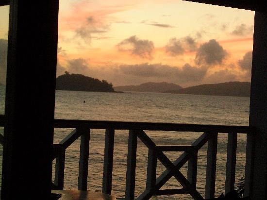 Colibri Guest House: L'alba dal nostro letto, bastava aprire gli occhi..