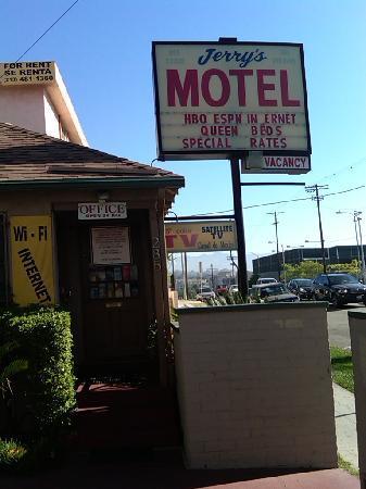 Jerry's Motel: Strategic location!