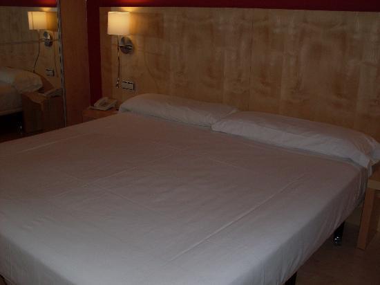 Cama grande y comoda picture of sercotel portales hotel for Camas grandes