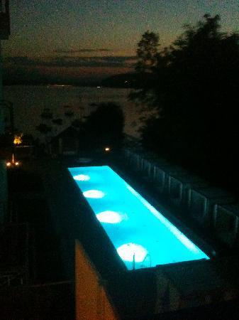Lake's - my lake hotel & spa: Der Pool bei Nacht von der Terrasse