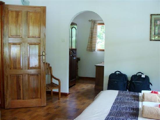 Casa De Leela: Habitacion acceso armario y baño