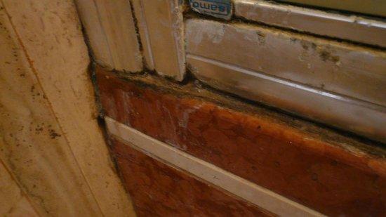 B&B Villa La Ventana: Duschkabine verdreckt, verschimmelt und verkalkt