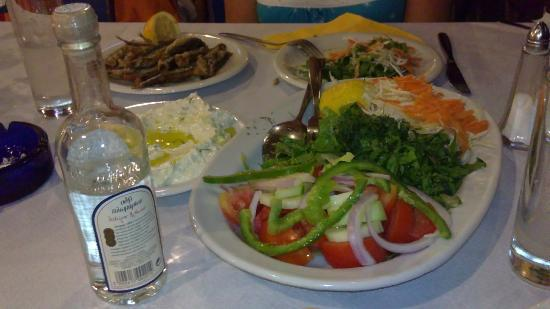 Tolon, Grecia: Greek salad, fish and uzo