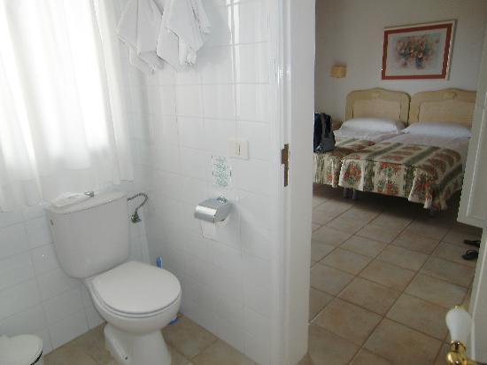 La Villa Bungalows: dormitorio principal con baño propio
