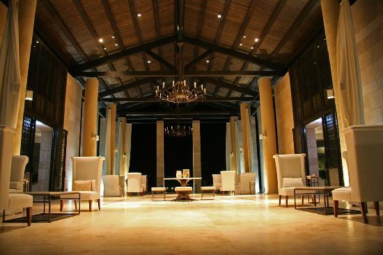 The Romanos Resort, Costa Navarino: Main building - lobby at night