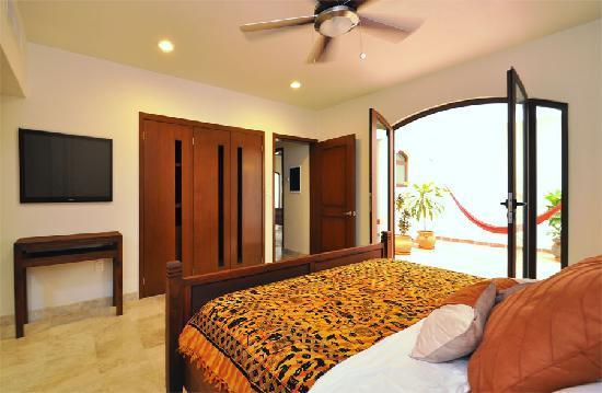 Acanto Hotel & Condominiums: Spacious bedroom w plasma tv