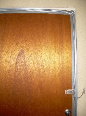 Garrett's Desert Inn: Interior door in our room