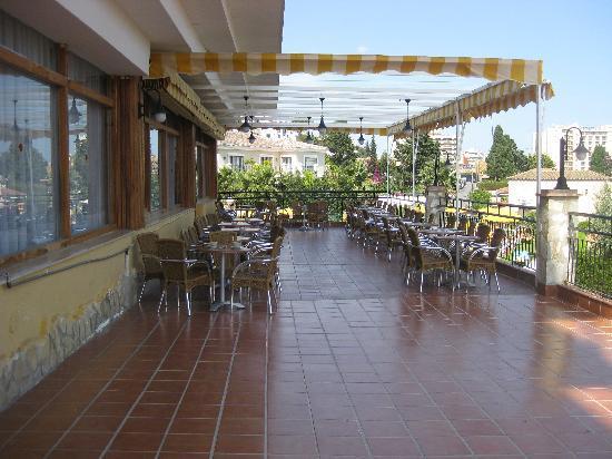 Hotel Monarque Torreblanca: cafeteria con terrraza a la piscina