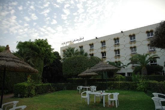 Sangho Le Syphax: Hotel vom Pool her gesehen