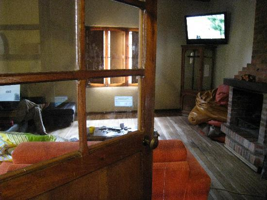 The Cranky Croc Hostel: Common area with tv