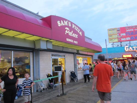 Sam's Pizza Palace: entering the pizza palace