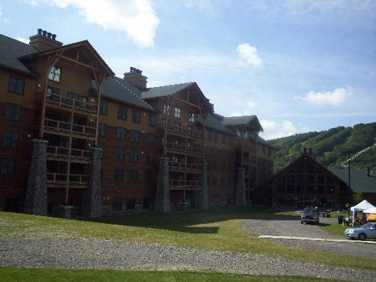 Hope Lake Lodge & Conference Center: The backside of the lodge from the pool!