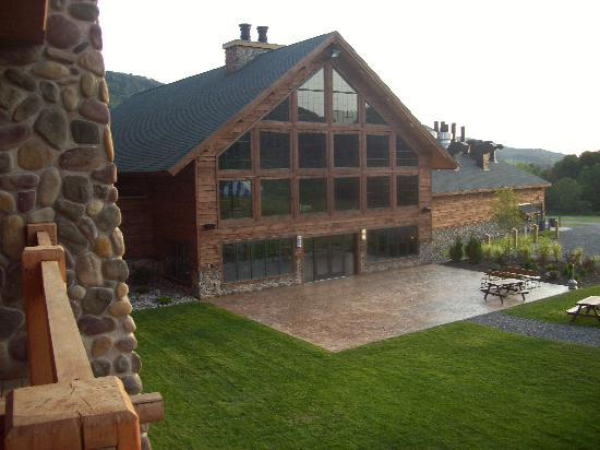Hope Lake Lodge & Conference Center: Back entrance to the main lobby.