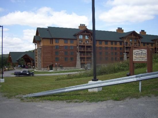 Hope Lake Lodge & Conference Center: Side view of the lodge.