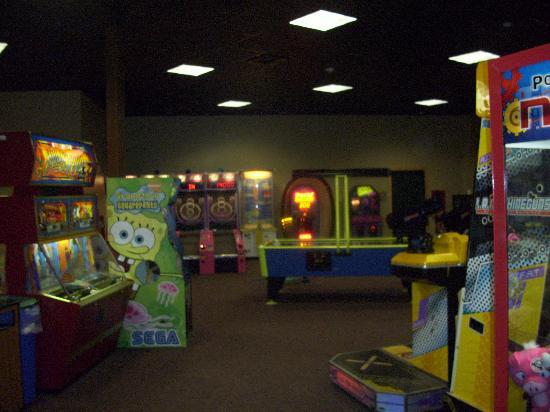 Hope Lake Lodge & Conference Center: Just a glimpse in the arcade.